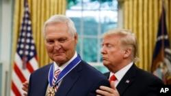 President Donald Trump (kanan) memberikan penghargaan Medal of Freedom kepada mantan pebasket NBA, Jerry West, di Ruang Oval, Gedung Putih, 5 September 2019.