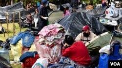 ARCHIVO - Migrantes venezolanos en campamentos en Bogotá.