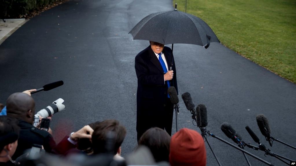 """特朗普总统在登上""""海军陆战队一号""""专用直升机之前在白宫南草坪对媒体谈话。(2019年12月2日)"""