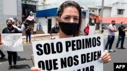 La gente participa en una protesta en rechazo de las políticas de austeridad promovidas por el gobierno para contener el gasto público en medio de la pandemia COVID-19, frente a la casa presidencial en Costa Rica, San José, el 23 de julio de 2020.