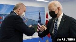 Turski predsjednik Recep Tayyip Erdogan tokom susreta sa predsjednikom SAD Joeom Bidenom, na marginama NATO samita u Briselu, Belgija, 4. juna 2021. (Murat Cetinmuhurdar/Presidential Press Office/Handout via Reuters)