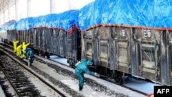 지난 3월 북한 신의주에서 신종 코로나바이러스 방역을 위해 화물열차에 소독액을 뿌리는 모습을 관영 매체가 공개했다.