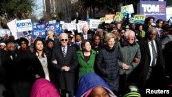 Demokratski rivali Talsi Gabard, Džo Bajden, Ejmi Klobučar, Elizabet Voren i Berni Sanders zajedno su učestvovali u Maršu na dan Martina Lutera Kinga u Južnoj Karolini 20. januara 2020.