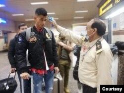 Penumpang yang tiba dari China, Kamis pagi (30/1) di bandara Lahore, diperiksa untuk tindakan preventif penyebaran virus corona. (Foto Courtesy: Kementerian Kesehatan Pakistan)