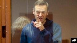 រូបឯកសារ៖ លោក Alexei Navalny មេដឹកនាំបក្សប្រឆាំងរុស្ស៊ី ឈរនៅខាងក្នុងបន្ទប់កញ្ចក់សម្រាប់ជនជាប់ចោទ ក្នុងអំឡុងពេលនៃសវនាការមួយក្នុងទីក្រុងមូស្គូ ប្រទេសរុស្ស៊ី ថ្ងៃទី១៦ ខែកុម្ភៈ ឆ្នាំ២០២១។