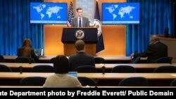 네드 프라이스 미국 국무부 대변인이 워싱턴 국무부 청사에서 기자회견을 하고 있다.