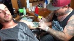 Les tatoueurs américains tentent d'effacer les symboles racistes
