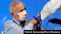 Dr. Anthony Fauci ketika menerima suntikan vaksin COVID-19 produksi Moderna (foto: dok).