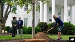 2021年4月30日,第一夫人吉尔·拜登在白宫参加植树节的植树仪式。