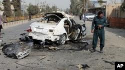 阿富汗警察调查赫尔曼德省汽车爆炸案现场。(2020年11月12日)