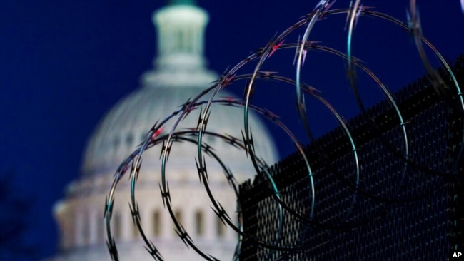 Hàng rào với dây thép gai được dựng lên quanh Điện Capitol sau vụ vây hãm hôm 6/1.