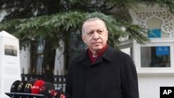 Presiden Turki Recep Tayyip Erdogan berbicara kepada media setelah salat Jumat, di Istanbul, 15 Januari 2021. (Foto: AP)