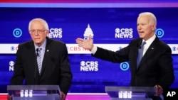 美国前副总统拜登和佛蒙特州联邦参议员桑德斯在2020年2月25日的一次辩论会场上交锋.