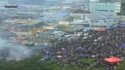 香港警察發放催淚彈驅趕示威者