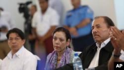 尼加拉瓜總統奧爾特加(右)和副總統、第一夫人穆里洛2018年5月16日出席國家對話。
