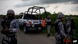 Polisi Meksiko memindahkan blokade jalan-jalan pasca terjadinya perang antar geng narkoba di sana (foto: ilustrasi).