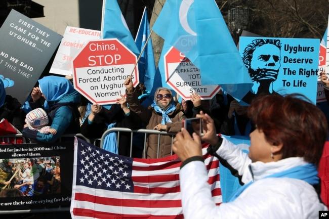 Aktivis Uighur dan pendukungnya melakukan unjuk rasa membela hak-hak Uighur di China, di seberang jalan dari markas besar PBB di New York City, 15 Maret 2018. (Foto: AP)