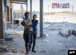 14일 남아프리카공화국 보스룰루의 한 상점에서 경찰이 약탈에 가담한 용의자를 체포했다.