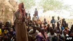 Les habitants de Zibane-Koira Zéno, un village de la région de Tillabéri (ouest du Niger, près du Mali), se réunissent le 12 mai 2020, après une attaque d'hommes armés le 8 mai 2020. (Photo by BOUREIMA HAMA / AFP)