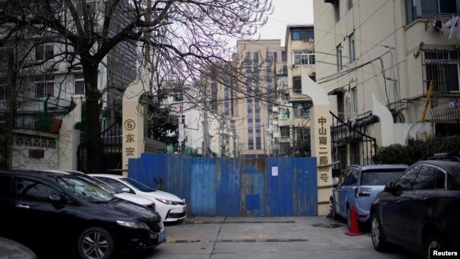资料照片:上海一处被关闭的居民区。(2020年2月8日)