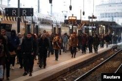 Para calon penumpang menunggu kereta di stasiun Gare de Lyon, Paris saat berlangsungnya aksi mogok para pegawai jawatan kereta api SNCF dan pegawai transportasi di Perancis, 6 Desember 2019. (Foto: dok).