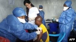 Shirika la Madaktari wasiokuwa na mipaka (MSF) wakitoa chanjo ya Ebola katika Kituo cha Goma Nov. 14, 2019.