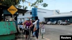 Personas afectadas con síntomas de coronavirus acuden a un hospital de Managua, Nicaragua, el 29 de abril de 2020.