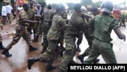 La police guinéenne arrête un manifestant devant le plus grand stade de Conakry lors d'une manifestation interdite, le 28 septembre 2009.