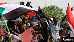 Watu wakiimba na kuandamana katika mitaa ya Sudan walipodai utawala wa kijeshi ukabidhi madaraka kwa raia mjini Khartoum, Sudan, Juni 30, 2019.