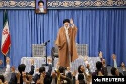 ایران کے سپریم لیڈر نے طلبا سے خطاب میں امریکہ سے مذاکرات کا ذکر کیا
