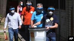 Një ekip i posaçëm zgjedhor duke shkuar drejt votuesve të vetëizoluar nga COVID-19 në Shkup, Maqedonia e Veriut (13 korrik 2020)