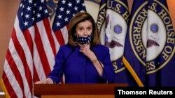 资料照片-众议院议长南希·佩洛西(Nancy Pelosi)在华盛顿国会山举行的新闻发布会上介绍了设立第25修正案委员会的立法。(2020年10月10日)