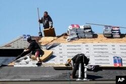 지난 2일 미국 미시간주 워렌에서 인부들이 지붕 수리 작업을 하고 있다.