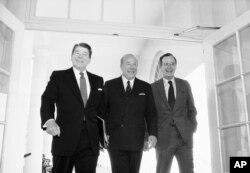 Nesta foto de Janeiro de 1985, Secretário de Estado George Shultz, no centro; Presidente Ronald Reagan, esquerda; Vice-Presidente George Bush, direita, na Casa Branca