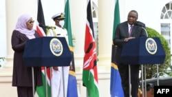Rais wa Kenya Uhuru Kenyatta, kulia akimsikiliza rais wa Tanzania Samia Suluhu Hassan akizungumza wakati wa mkutano wao na waandishi huko Ikulu ya Nairobi, May 4, 2021.