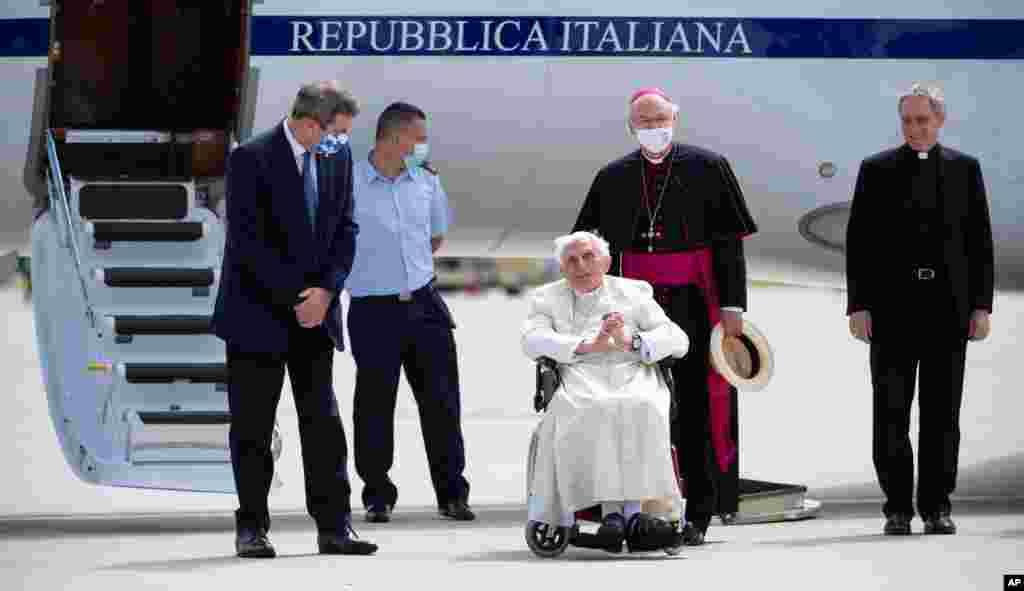 پاپ سابق بندیکت شانزدهم که برای دیدار با برادرش به آلمان رفته بود، به واتیکان باز میگردد. او که سال ۲۰۰۵ جانشین پاپ ژان پل دوم شد، در سال ۲۰۱۴ جای خود را به پاپ فرانسیس داد و اکنون در واتیکان دوران بازنشستگی خود را سپری میکند.