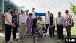 資料照片:美國國際開發署官員格洛麗亞·斯蒂爾與該署駐越南的人員探訪廣南省的一戶居民。 (2016年10月20日)