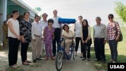 Bà Gloria Steele, Phó Giám đốc khu vực châu Á của USAID, (thứ ba từ phải sang) và các nhân viên USAID thăm một gia đình có người bị khuyết tật ở tỉnh Quảng Nam năm 2016. Photo USAID/Vietnam.
