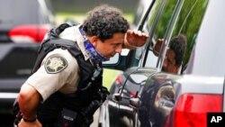 五角大楼交通枢纽发生枪击后警察在检查附近车辆(2021年8月3日)