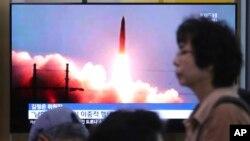 صفحه نمایش بزرگی در یک ایستگاه قطار در پایتخت کره جنوبی تصویری از آزمایش موشکی هفته گذشته کره شمالی را نشان می دهد.