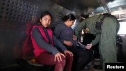 Di dân Guatemala, ngồi trên xe tải sau khi trình diện Nhân viên Tuần tra Biên giới Mỹ tại El Paso, Texas, ngày 5/3/2019.