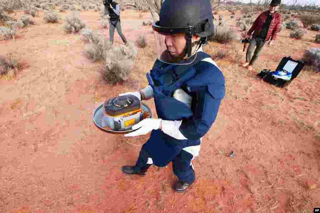 Yaponiya Aerokosmik Kəşfiyyat Agentliyi (JAXA) tərəfindən təqdim olunan bu fotoda agentliyin nümayəndəsi Avstraliyanın cənubunda Vumerada Hayabusa2 tərəfindən atılmış kapsulu götürür.