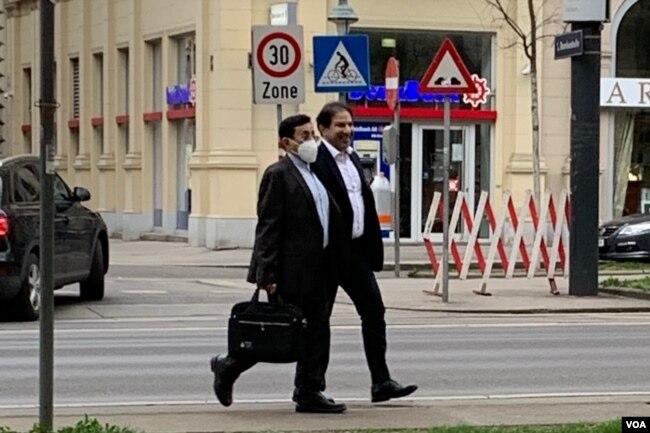 5 Nisan 2021 - İran heyetinden iki diplomat Viyana sokaklarında görüntülenmiş.