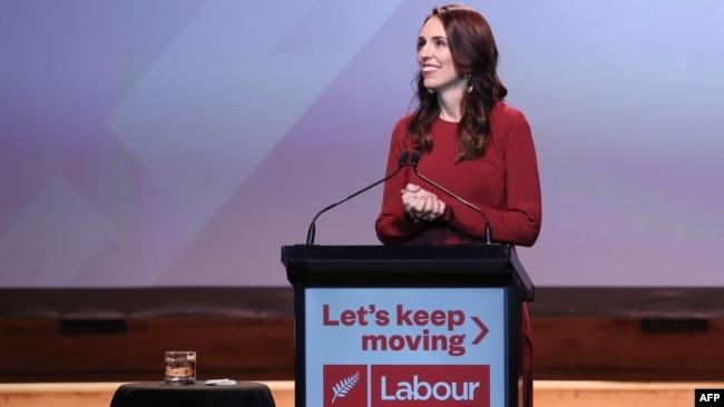 新西兰总理杰辛达·阿德恩(Jacinda Ardern)在工党获胜后的聚会上发表讲话。(2020年10月17日)