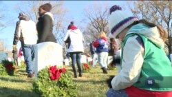 У США перед Різдвом могили на військових кладовищах прикрашають різдвяними вінками. Відео