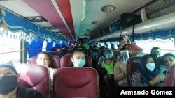 Migrantes nicaragüenses viajan en caravanas de buses por Costa Rica, su destino final, su país.