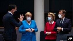 Керівники країн ЄС вперше зібралися на зустріч у Брюсселі після того, як упродовж кількох місяців карантину провадили наради переважно з допомогою телефонного і відео зв'язку