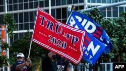 ARHIVA: Pristalice predsednika Donalda Trampa i bivšeg potpredsednika Džoa Bajdena mašu zastavama ispred Muzeja umetnosti Peres u Majamiju, Floridi, 5. oktobra 2020.