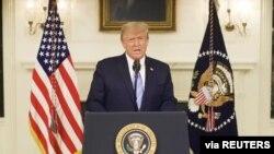 El presidente saliente Donald Trump se dirige al pueblo estadounidense en un video emitido el jueves en la noche por medio de las redes sociales.