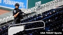 ARHIVA - Policijska kontrola na bejzbol stadionu u američkoj prijestonici Vašingtonu (Foto: Reuters/Brad Mills-USA Today Sports)